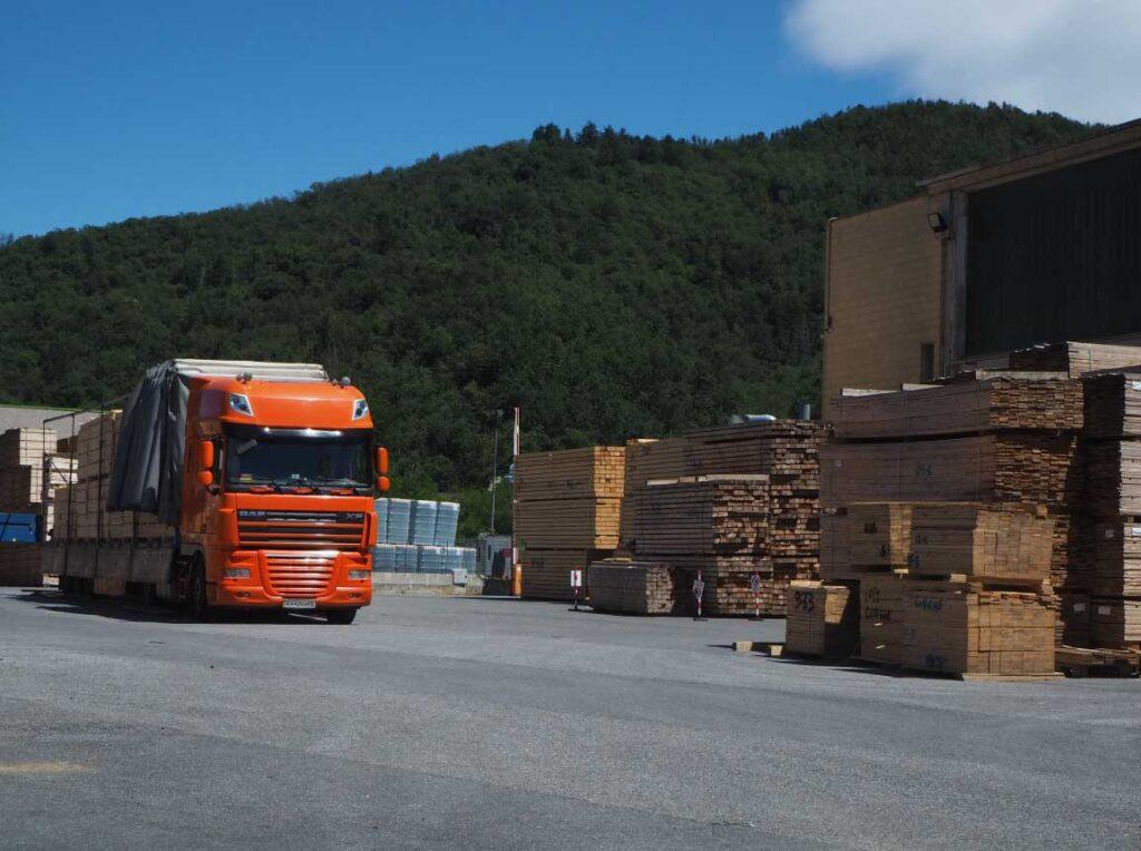 camion per la distribuzione e la vendita di banchi e pallet in legno maica
