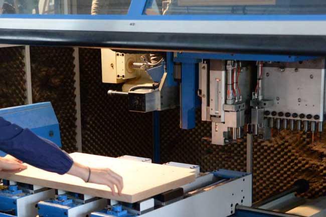 lavorazione pallet legno nella fabbrica di maica
